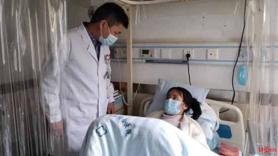 18岁女生患罕见病病床上备战高考 全班同学轮流为她整理笔记