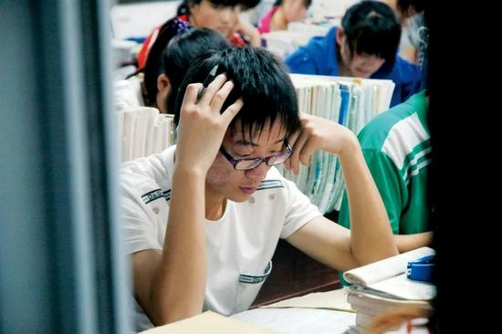 河南省淮阳第一高级中学内复习功课的高三学生。图/IC