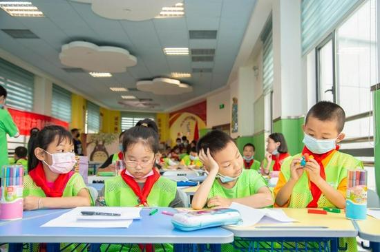 7月5日,孩子们在武汉市秦园路社区托管室上课。新华社发(伍志尊 摄)