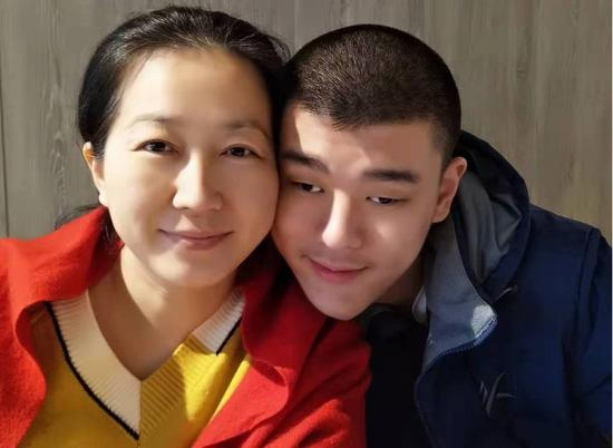 刘翰文(右)与妈妈的合影。本文图片均为受访者供图
