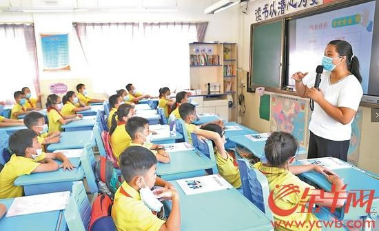 广州市天河区昌乐小学的老师岳婷婷正在给孩子们上课 羊城晚报全媒体记者 林桂炎 摄