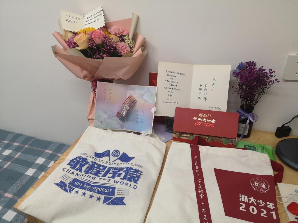 """""""爱心寝室""""书桌上摆放的鲜花、卡片和纪念品。新华社记者 白田田 摄"""