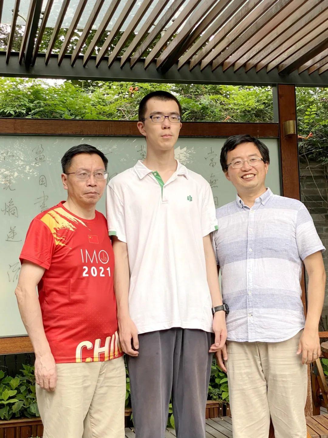 王一川和他的竞赛教练唐立华(左)、中国国家队领队肖梁(右)